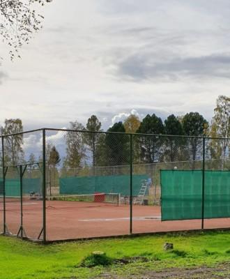 karihaarantenniskentta 330x400 - Tenniskentät